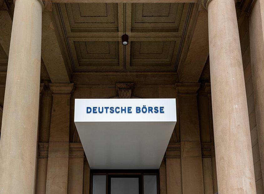 Ein Eingang. Über der Tür steht Deutsche Börse.