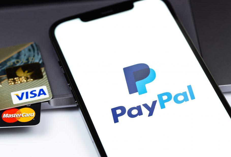 VISA- und Mastercard-Kreditkarten neben PayPal-Logo
