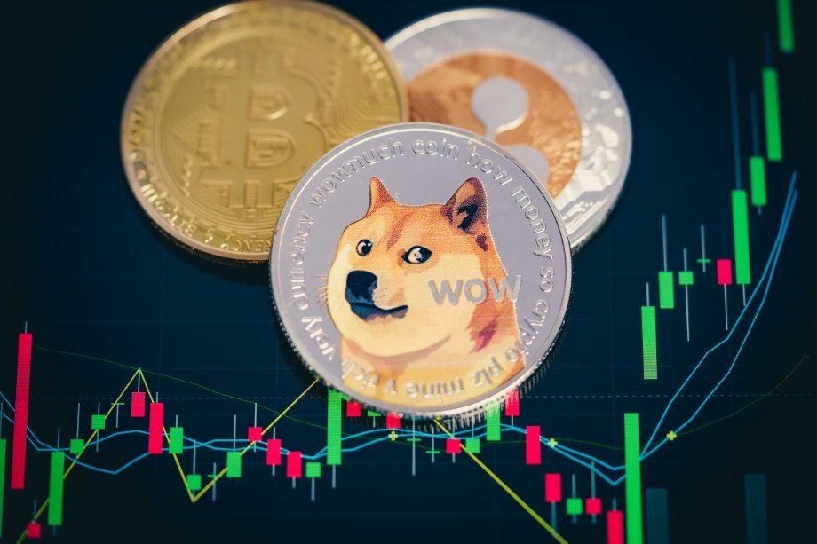 Dogecoin Bitcoin und Ripple vor Chart-Hintergrund