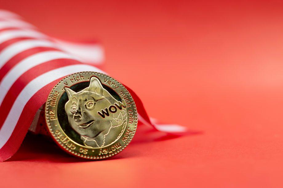 Dogecoin-Münze vor rotem Hintergrund