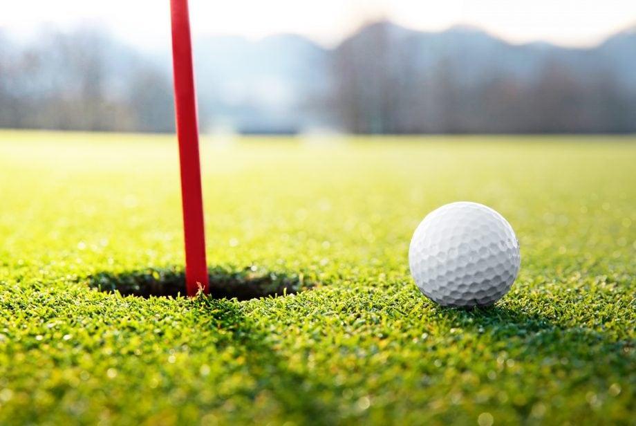 Golfball kurz vor dem Loch