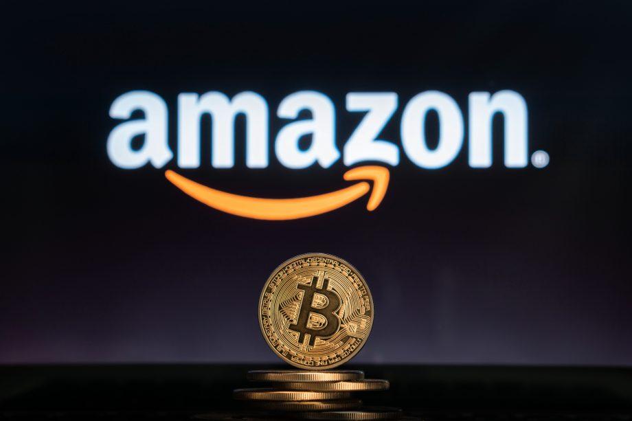 Bitcoin-Münze vor Amazon-Logo