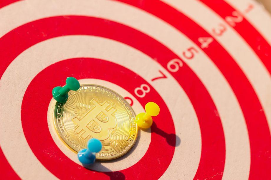 Bitcoin Münze auf einer Dartscheibe
