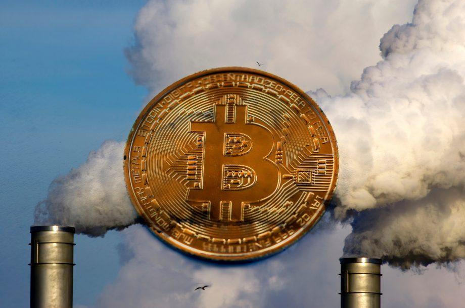 Bitcoin-Münze vor einem Kraftwerk