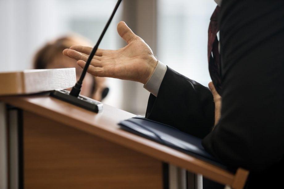 Person sagt vor Gericht aus