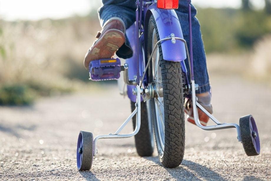 Ein Fahrrad mit Stützrädern