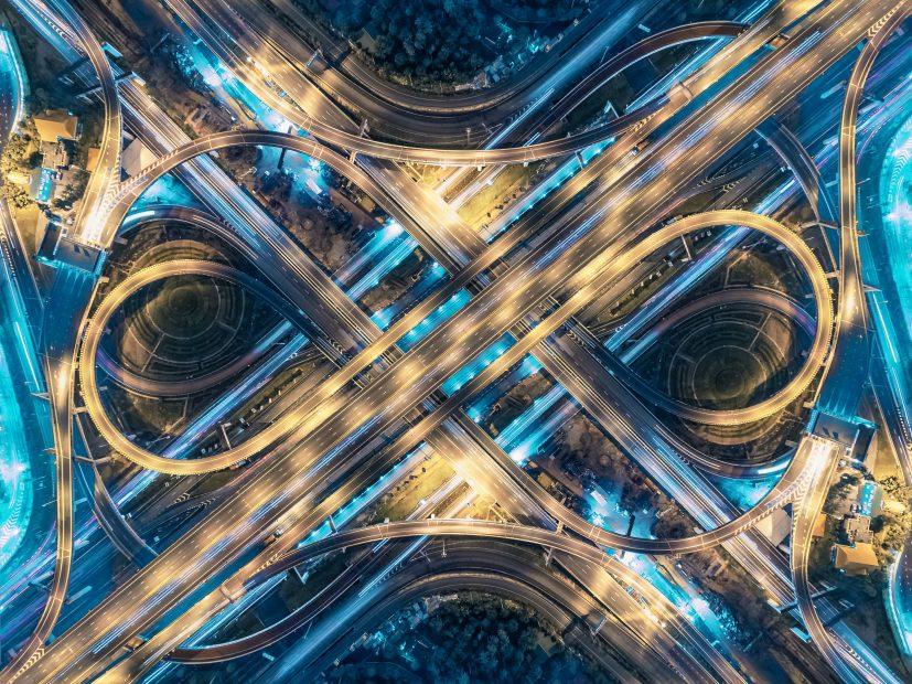 Ein futuristisch aussehender Highway.