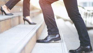 Zwei Personen laufen in entgegengesetzte Richtung auf einer Treppe