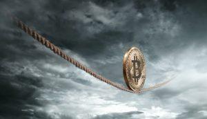 Bitcoin-Münze balanciert vor dramatischem Hintergrund auf einem Seil