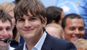 Ein schmunzelnder Ashton Kutcher