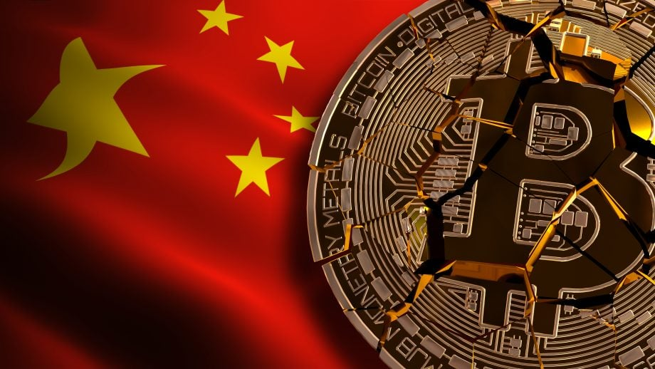 Die chinesische Flagge weht neben einem in Stücke gerissenen Bitcoin