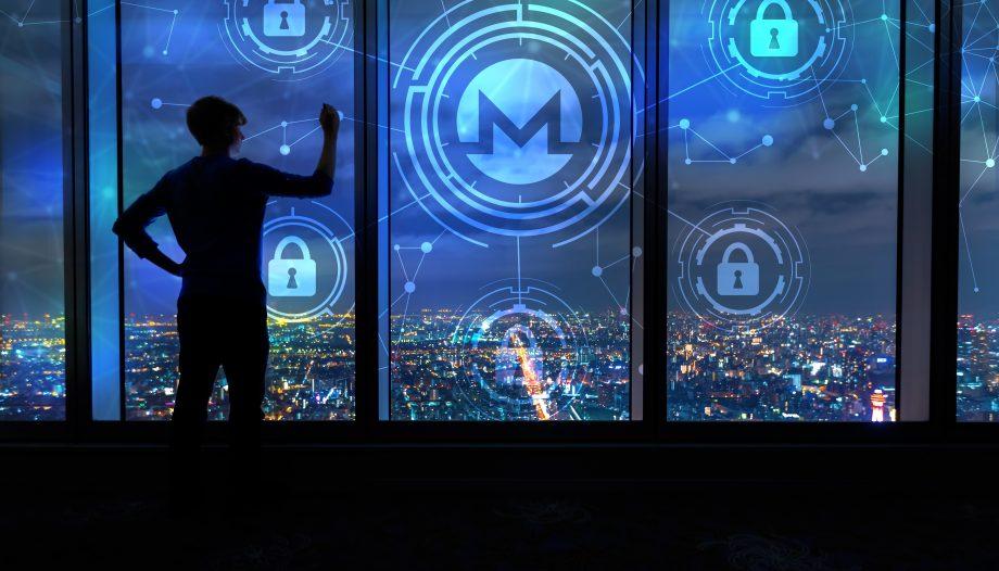 Monero-Symbol über einer Stadt bei Nacht, im Vordergrund ein Fenster und die Silhoutte eines Mannes