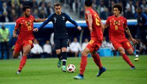 Griezmann dribbelt gegen Belgien.