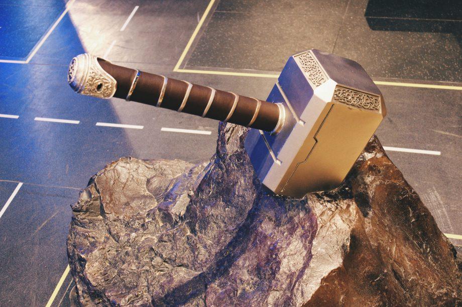 Der Hammer von Thor steckt in einem Felsen.