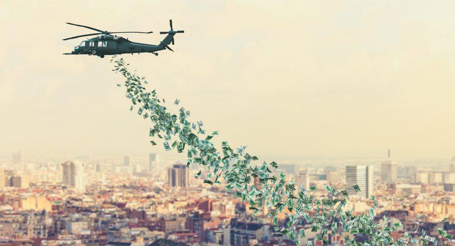 Ein Helikopter verstreut Geld über einer Stadt.