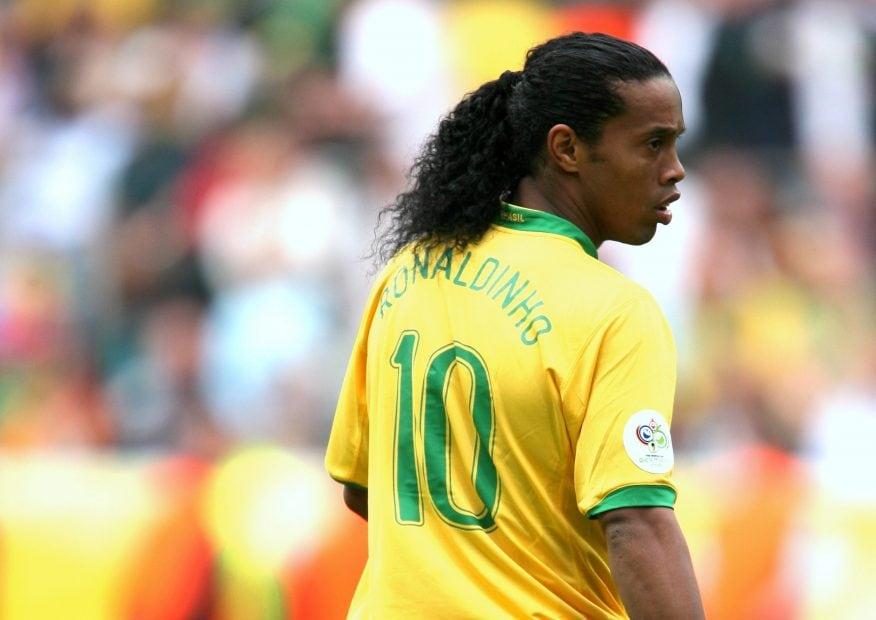 Ronaldinho im Brasilien-Dress auf dem Fußballplatz.