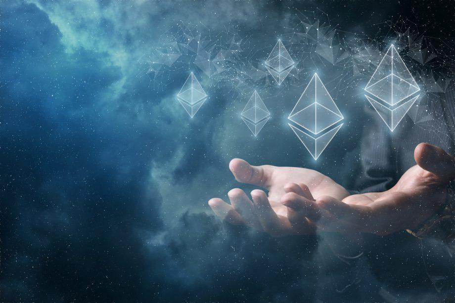 Ethereum-Logos, die über zwei aufgehaltenen Händen schweben