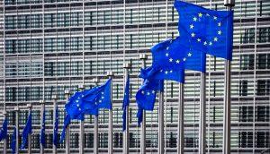 Mehrere EU-Flaggen vor dem Gebäude der EU-Kommission.