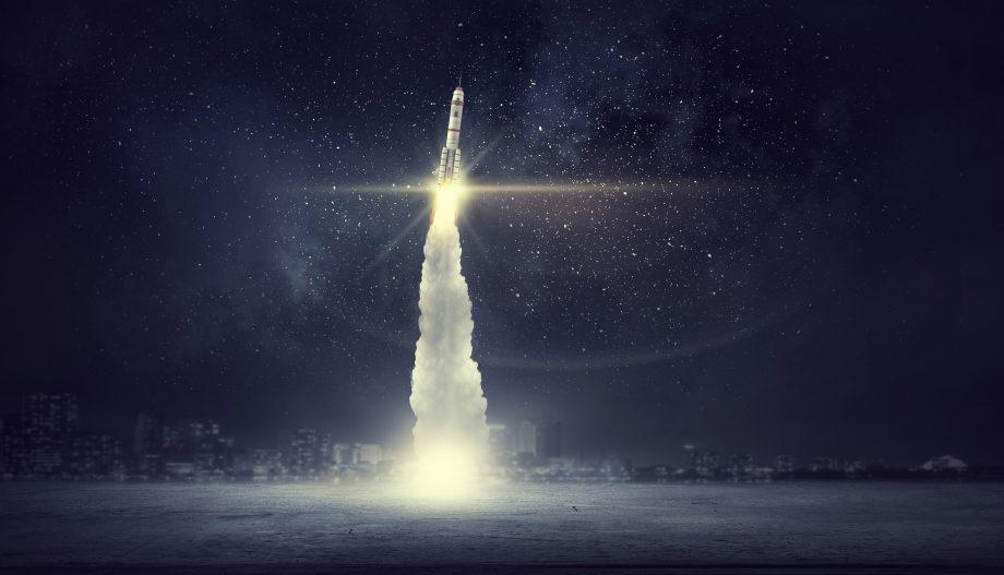Eine Rakete fliegt ins Weltall.