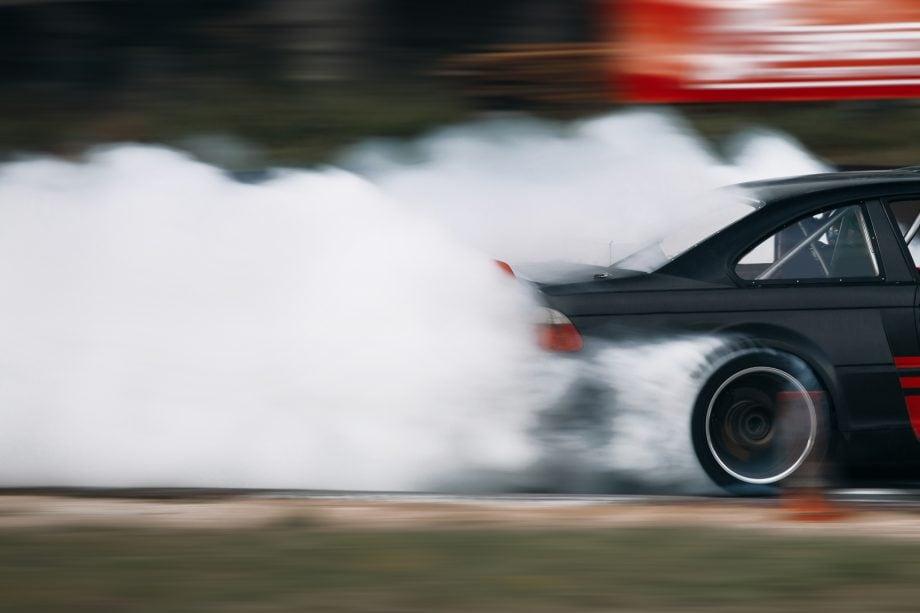 Auto fährt mit quietschenden Reifen