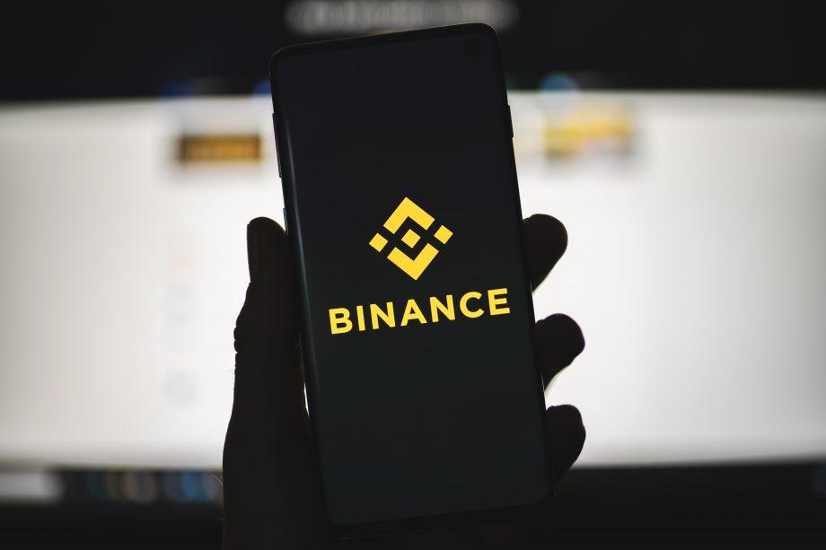 Smartphone mit Binance-Logo