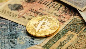 Bitcoin und alte D-Mark-Banknoten