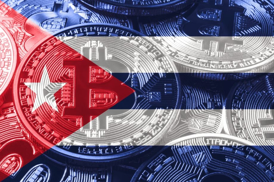 Bitcoin-Münze auf Kuba-Flagge