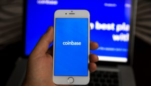 Smartphone mit Coinbase-Logo