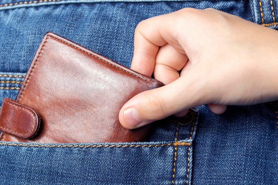 Hand stiehlt Geldbörse aus Hosentasche
