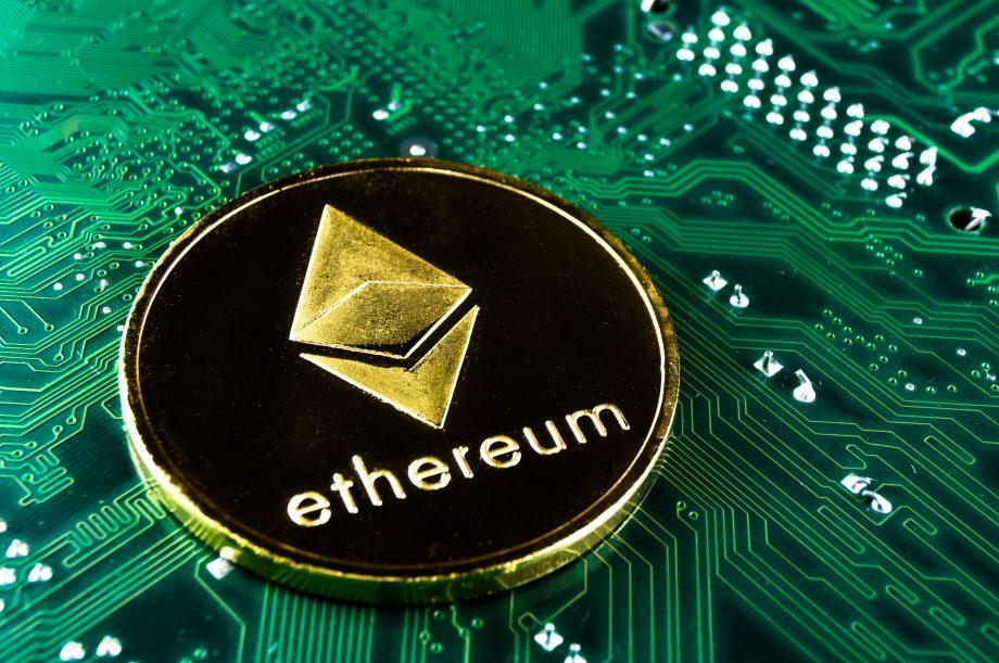Ethereum-Münze liegt auf Computerchip