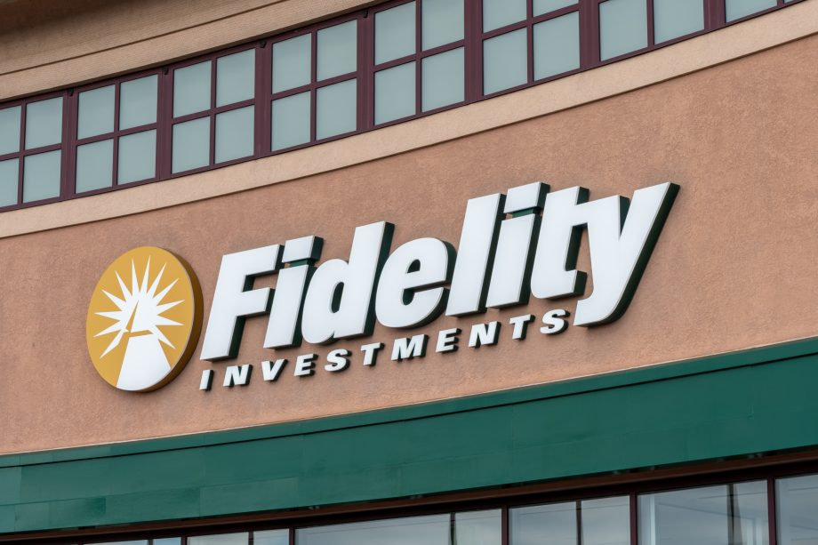 Fidelity-Logo an einem Gebäude