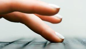 Finger auf einer Tastatur