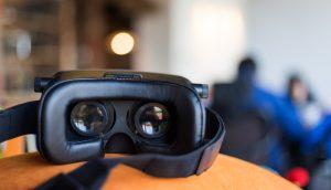 Eine virtual Reality Brille liegt auf einem Tisch ab und symbolisiert das Metaverse