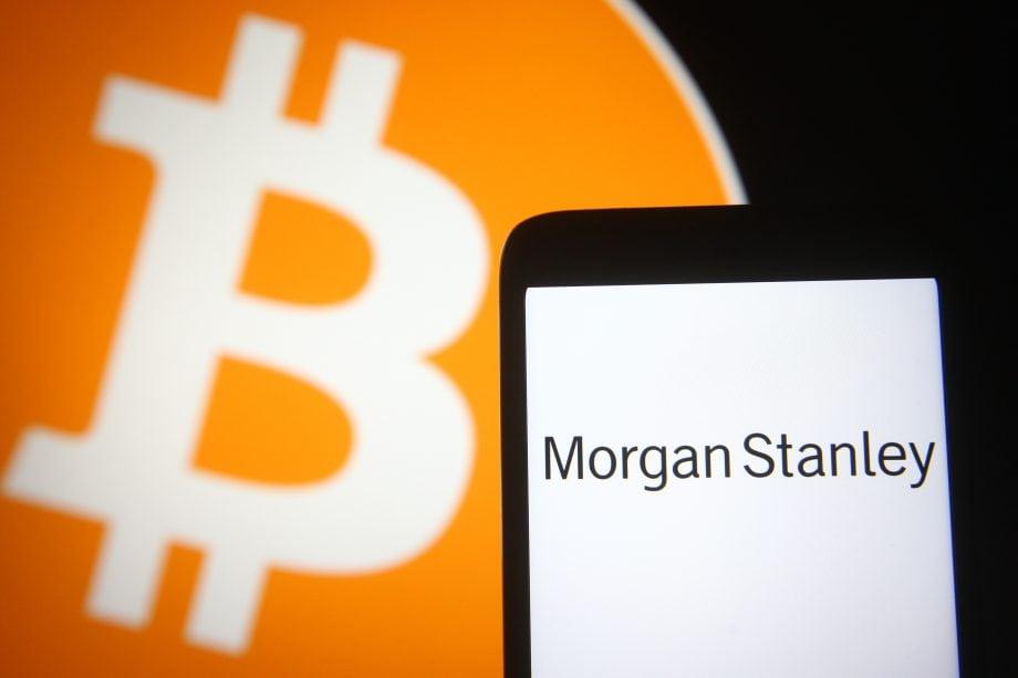 Smartphone mit Morgan Stanley Logo vor Bitcoin-Logo