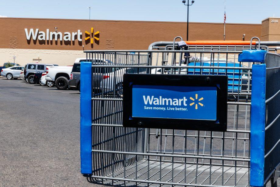 Walmart Filiale mit Einkaufswagen im Vordergrund