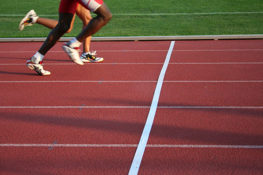 Zwei Läufer nähern sich der Ziellinie