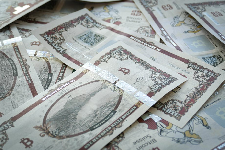 Geldscheine mit aufgedrucktem Bitcoin-Motiv