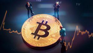 Bitcoin-Münze auf Chart-Hintergrund, umgeben von Modellfiguren
