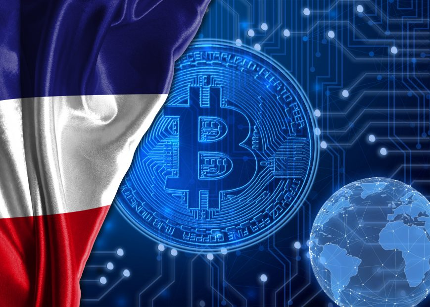 Frankreichflagge ist neben dem Bitcoin-Logo.