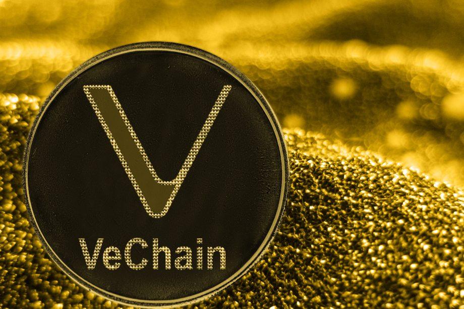 Vechain Münze liegt auf Goldhaufen