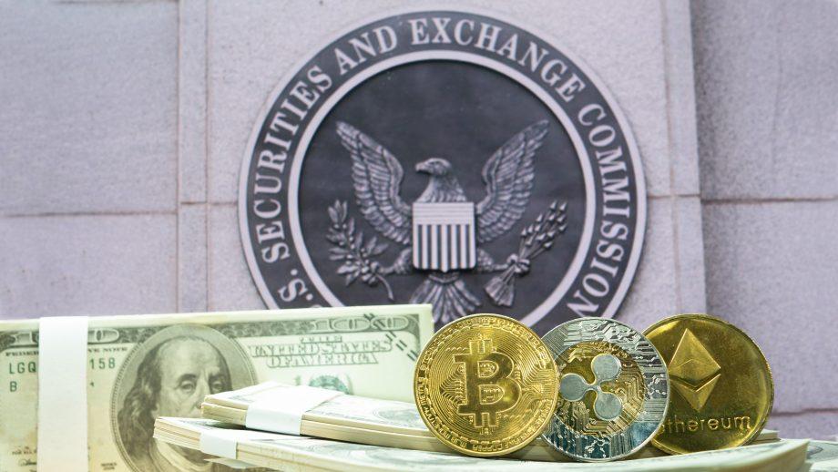 US-Dollar sowie eine Bitcoin-, Ethereum- und XRP-Münze liegen vor dem Wappen der SEC.