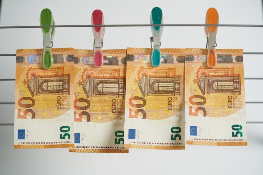 Geldscheine hängen an Leine
