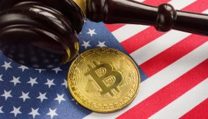 Richterhammer liegt neben Bitcoin-Münze auf der US-Flagge.