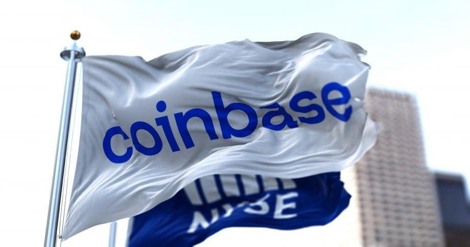 Coinbase Flaggen wehen im Wind.
