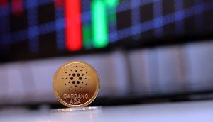 Eine Cardano-Münze steht vor einem Candle Chart.