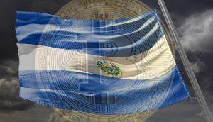 Landesflagge von El Salvador vor einer Bitcoin-Münze.