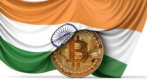 Bitcoin Münze wird von indischer Flagge umhüllt