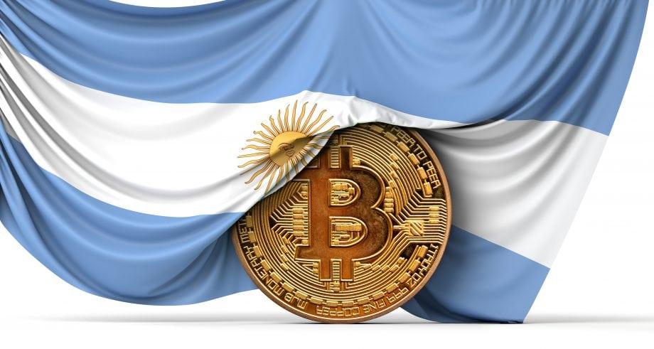 Bitcoin-Münze wird von argentinischer Flagge umhüllt