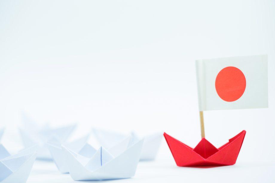 Origami Schiff mit japanischer Flagge