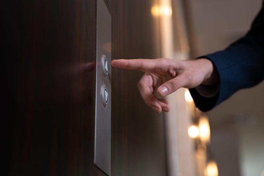 Finger am Aufzug